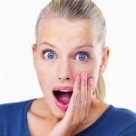 Femme surprise par SMS